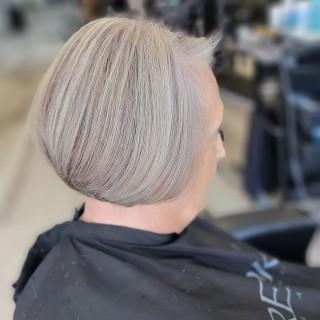 Loving this new charcoal bleach . . . #d2ehairboutique #d2e #dimensionalblonde #veganhaircare #sustainable #ecofriendly #silverfox #silver #charcoal #covidhair #hairoftheday #hairartist #hairporn #hairsalon #hairmagic #haircut #hairgoals #hairinspiration #blend #perfect #framar #love